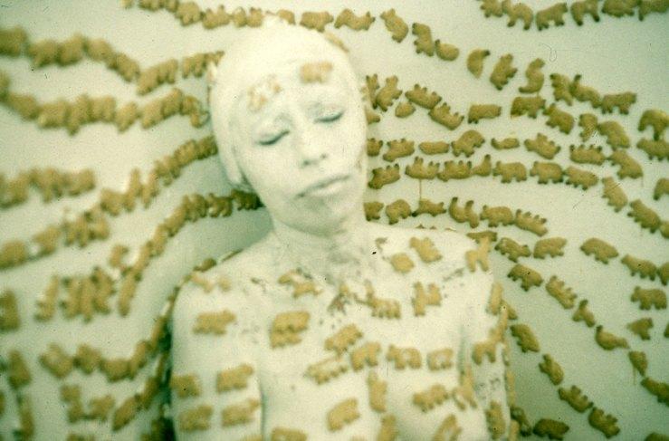 Piel,pared,galleta,-performance,1995(1)